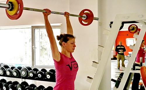 Жени изпълнява военна преса 32.5 кг