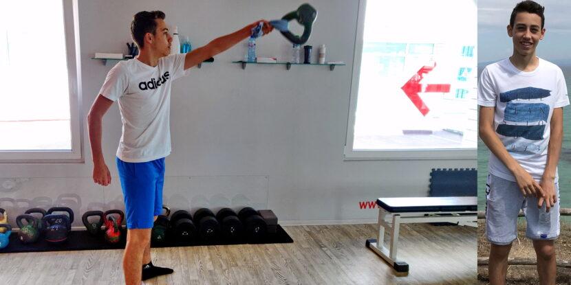 Андрей изпълнява Суинг с кърпа за подобряване на техниката