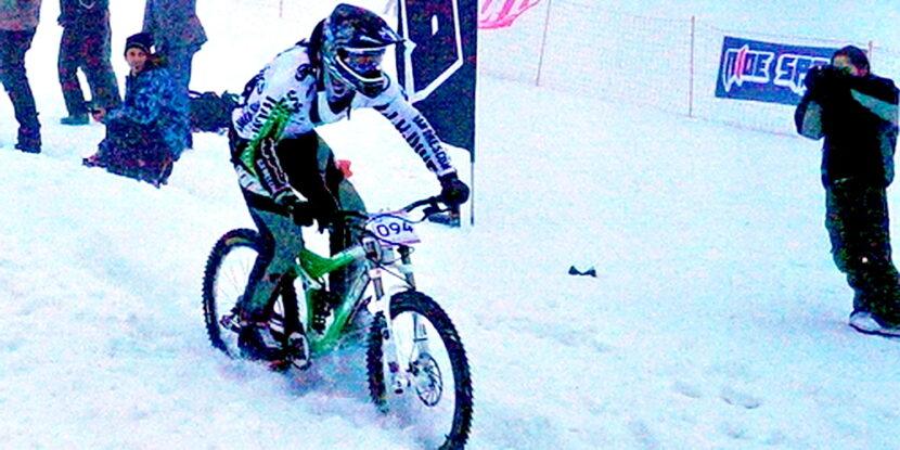 Димитър Гайдов се спуска с колело по снежна ски писта