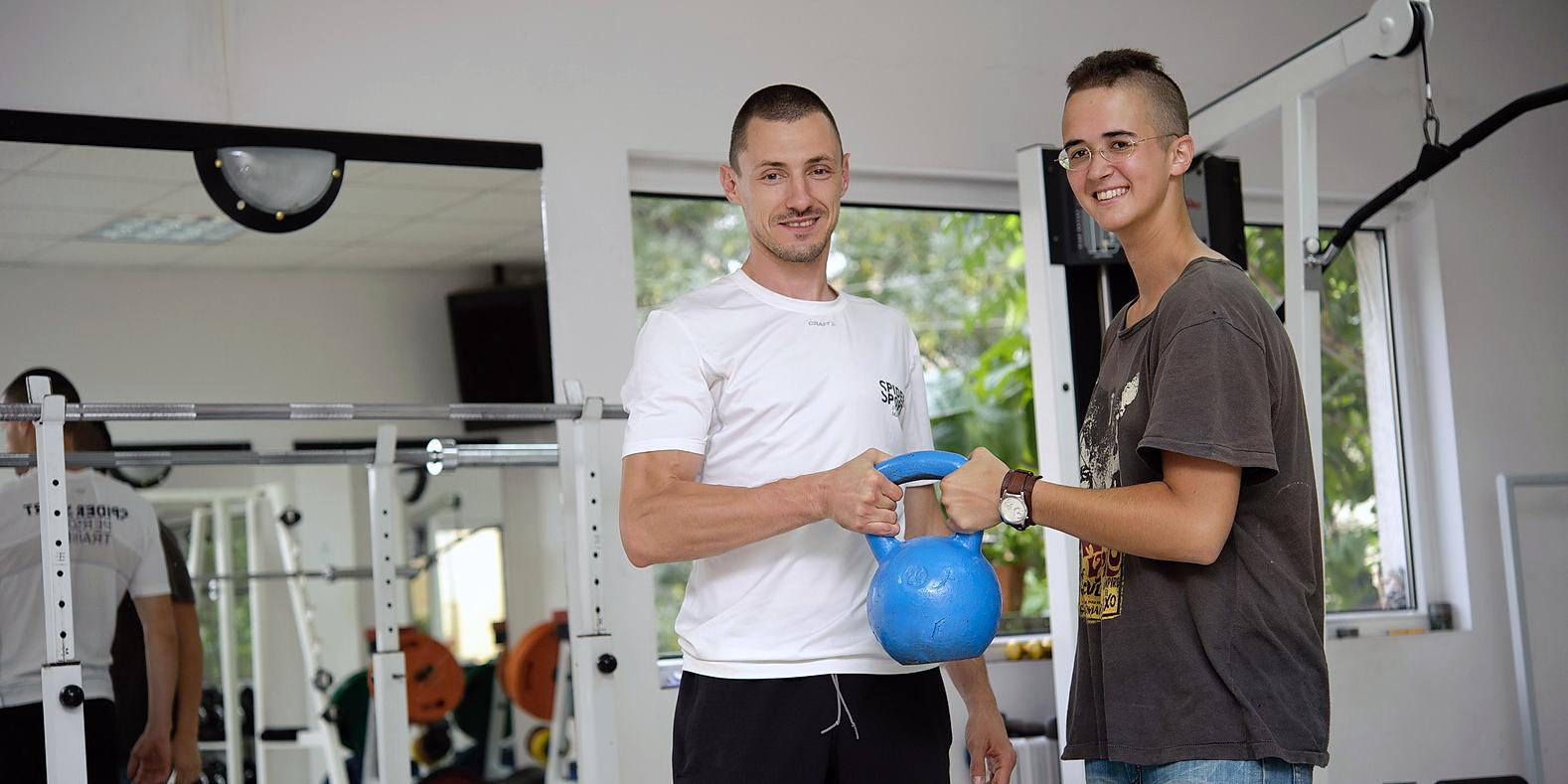 Милко Георгиев награждава Дея Георгиева с пудовка 24 кг