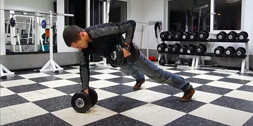 Милко Георгиев показва правилната техника на движението Ренегатско Гребане