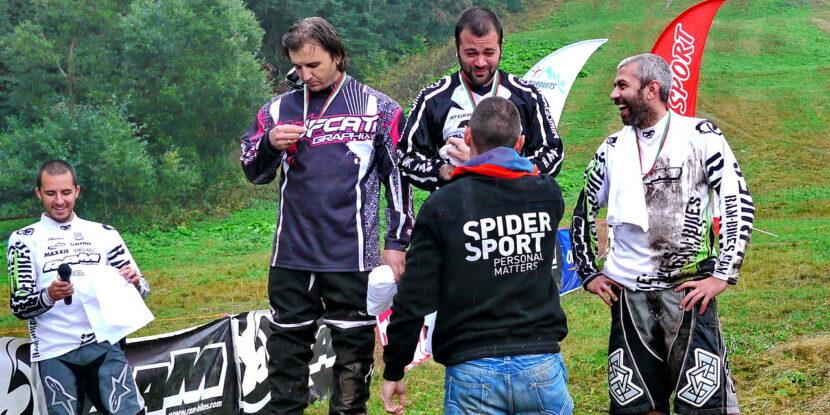 Милко Георгиев награждава победителите в дисциплината Downhill ветерани
