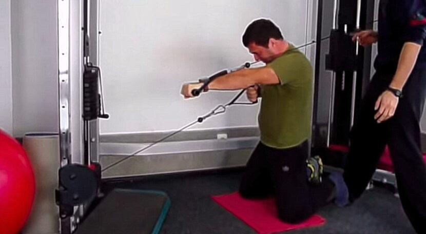 Гребец със счупен глезен изпълнява Milko Push-Pull на колене