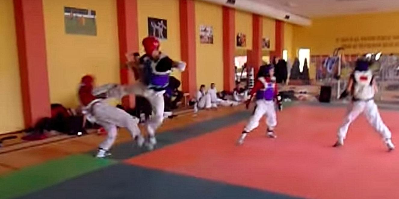 Стамен Захариев изпълнява таекуондо удар с крак Йоп Чаги с прискок